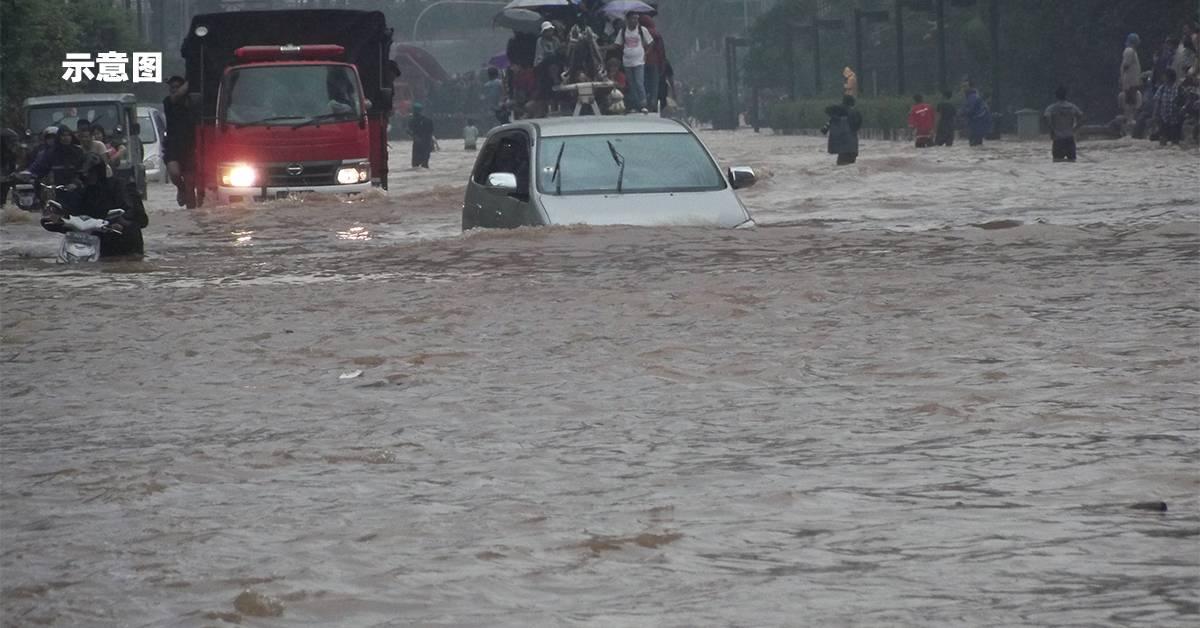 暴雨无情侵袭已达警报水平!沙巴大水灾居民涉水逃难!