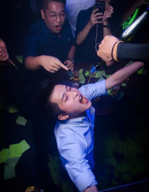 攝影師超會抓timing! 捕捉下很多夜店里的不能錯過的畫面