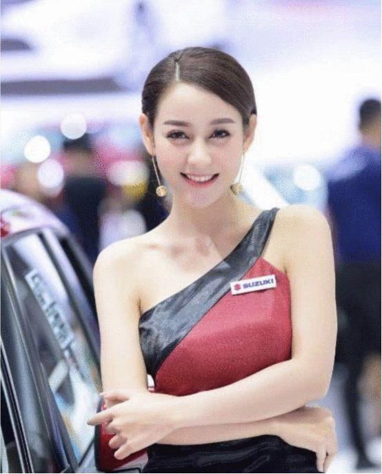 中國車模美女,氣質神似迪麗熱巴!
