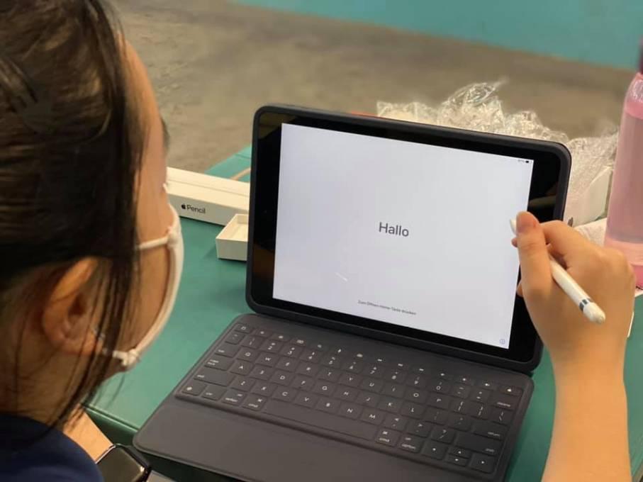 无法掩饰内心兴奋!配合教育部政策,新加坡裕华中学学生获得 iPad!