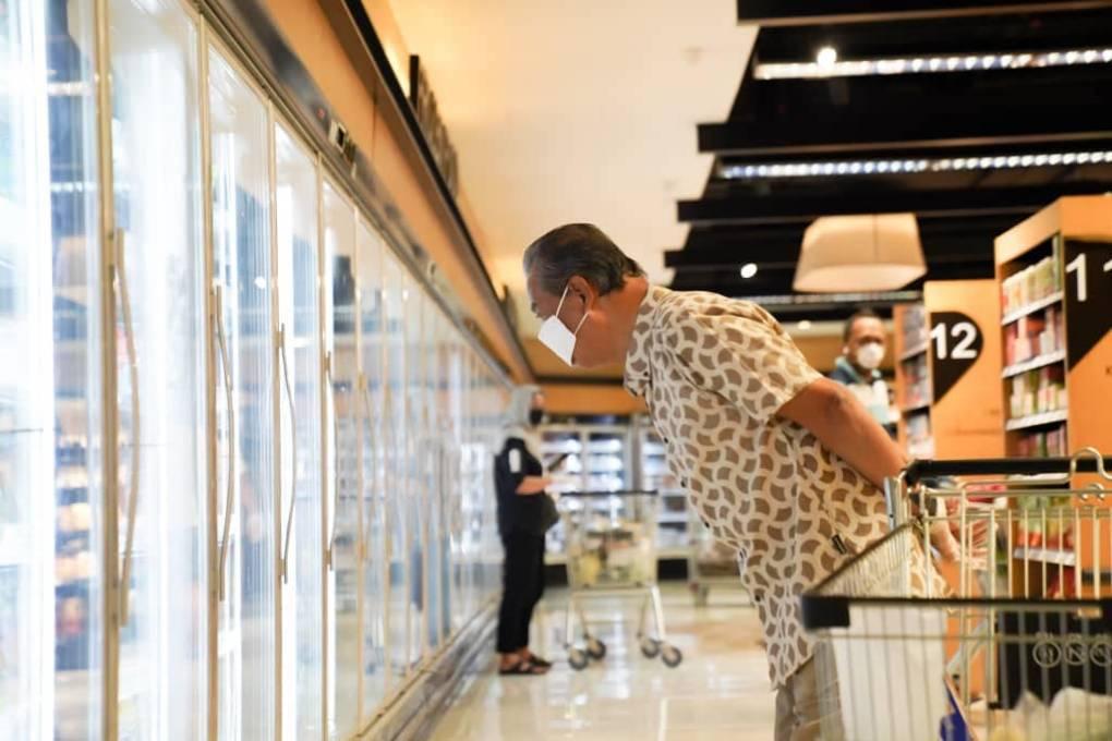 首相降低身份亲自到超市买菜!发文安抚民众:货源充足,无需惊慌!
