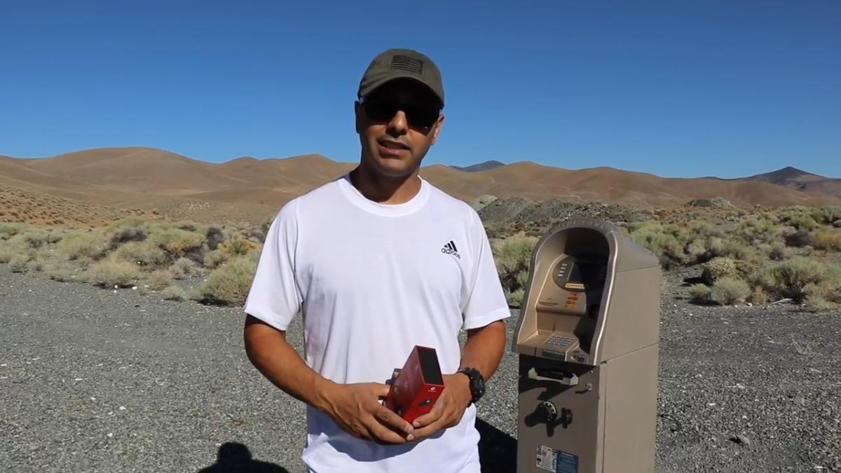 手榴弹可以炸开ATM机吗?网友:炸开了又有什么用?【内附视频】